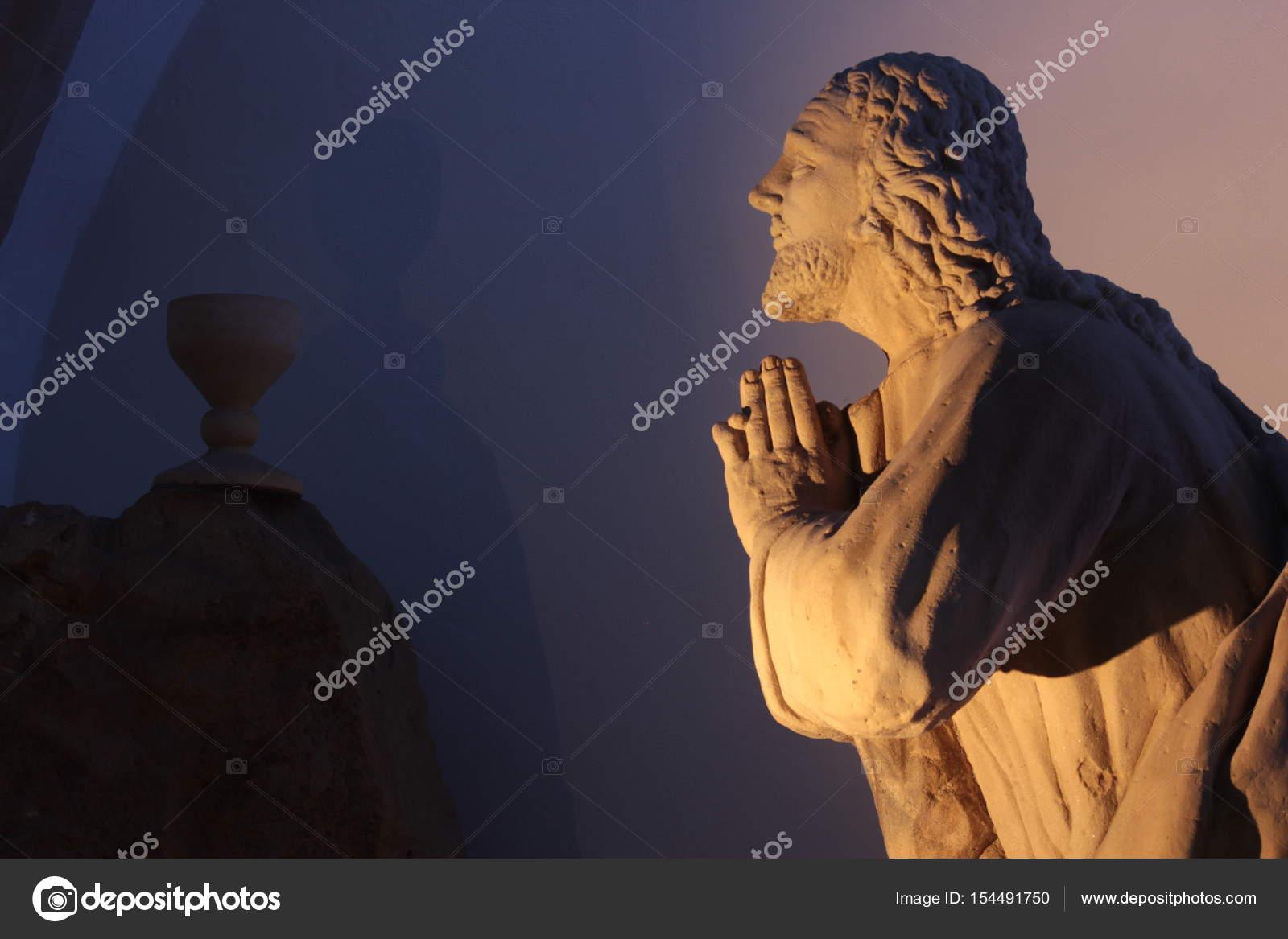 Biddende standbeeld in spirituele verlichting — Stockfoto © kraximus ...
