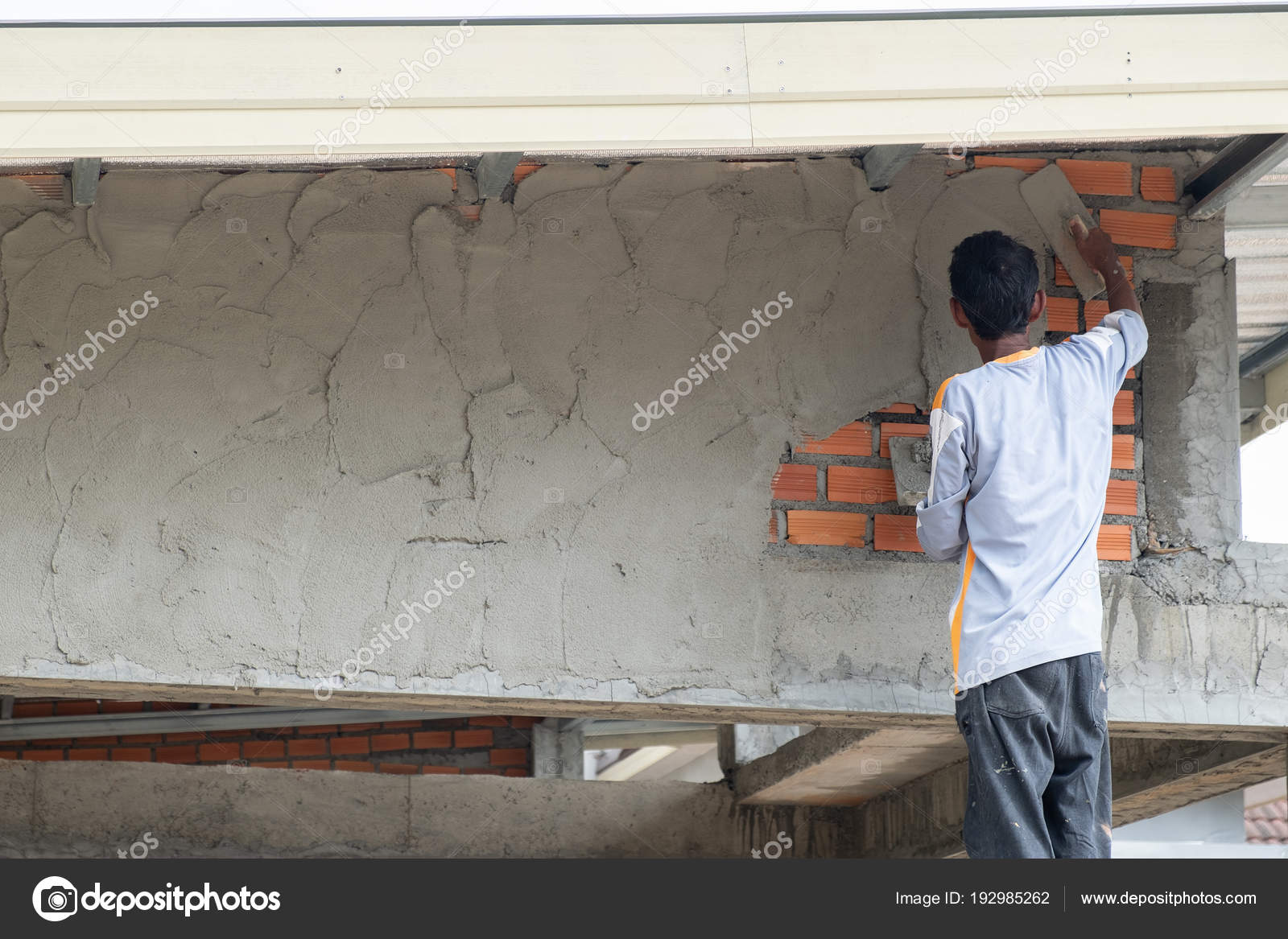 bauherren sind wände verputzen. — stockfoto © yortzafoto #192985262