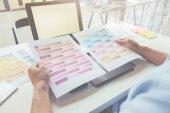 Grafický design a barevný Vzorník a pera na stole. Architektonické kreslení s pracovní nástroje a příslušenství.