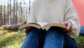 Žena, čtení knihy mimo stanu s ranní slunce na ráno. Kempování v lese. Odpočiňte si precizní