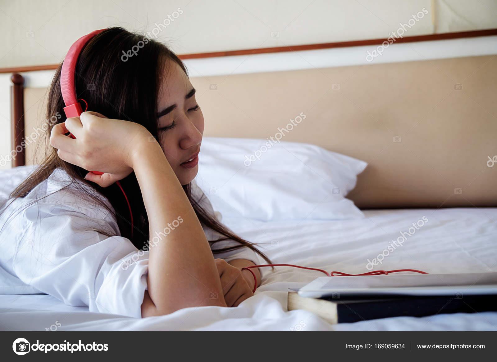 Giovane bella donna che gode la musica da tablet e ...