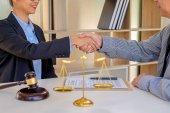 Sudí kladívko s spravedlnosti právníci mají setkání týmu v advokátní kanceláři