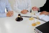 Sudí kladívko s spravedlnosti právníci mají setkání týmu na zákon jedle