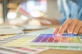 Grafický design a barevný Vzorník a pera na stole. Architectu