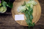 Krásné luxusní kytice. Smíšené květiny na stole růžové. práce