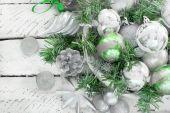 Slavnostní vánoční uspořádání umělé větve, skleněné koule v košíku