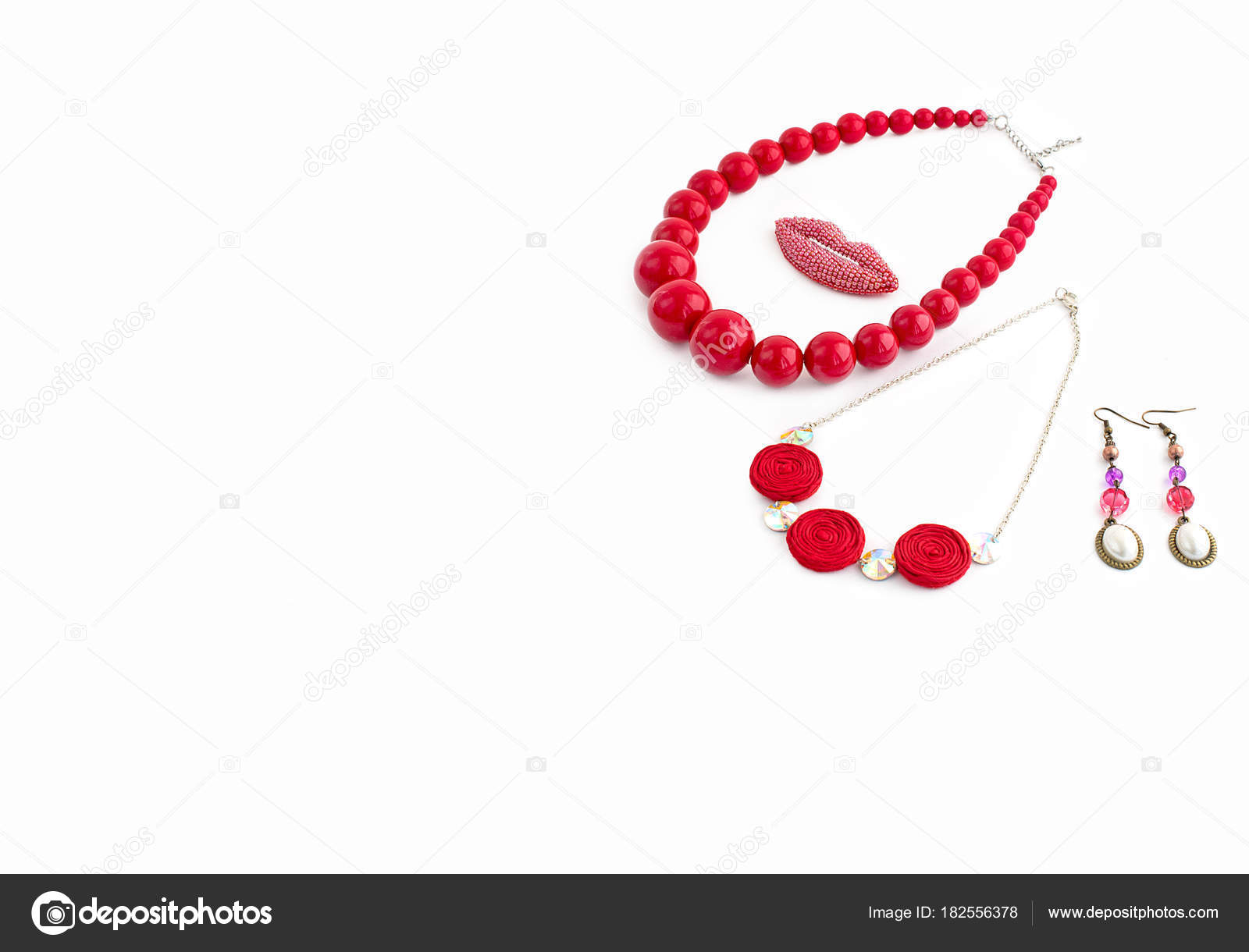 c29aa1486 Módní Šperky Pro Ženy Bílém Pozadí Náhrdelník Červený — Stock ...