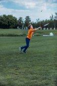 chlapec hrát badminton