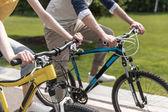 Pár, jízda na kolech v parku