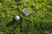 golfovou hůl a míček