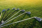 golfové hole na trávě