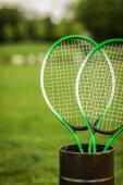 Badminton rakety v kontejneru