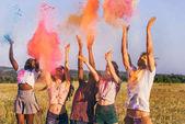 Fotografia amici multiculturali al festival di holi