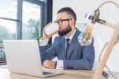 Podnikatel, pití kávy na pracovišti
