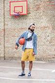 muž s basketbalový míč