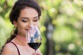 žena s červeným vínem
