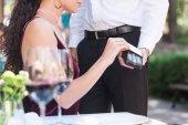 nő contactless hitelkártya segítségével