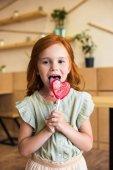 Dívka s lízátko ve tvaru srdce