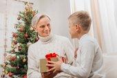 Fotografie Großvater, Enkel Weihnachtsgeschenk vorlegen