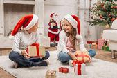 Děti s vánočními dárky