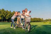 prarodiče pomáhají dětem, jezdit na kole