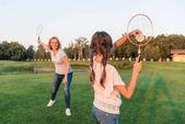 Žena a vnučka hrát badminton