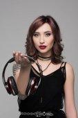 junge Frau mit großen Kopfhörern