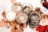 cinkání s pivní sklenice