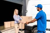 Courier dávat balíček pro ženy