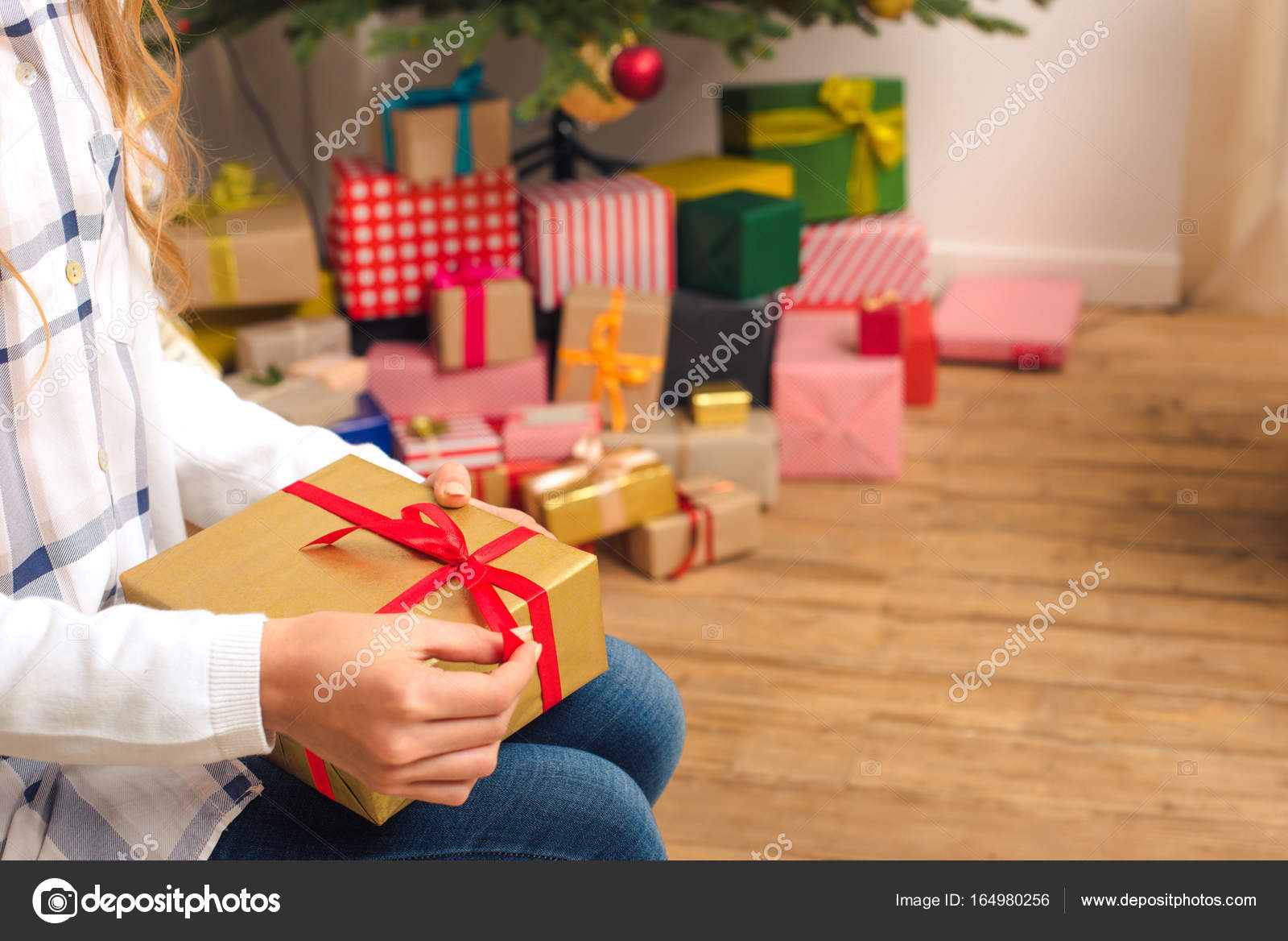 Teenager mit Weihnachtsgeschenk — Stockfoto © IgorVetushko #164980256