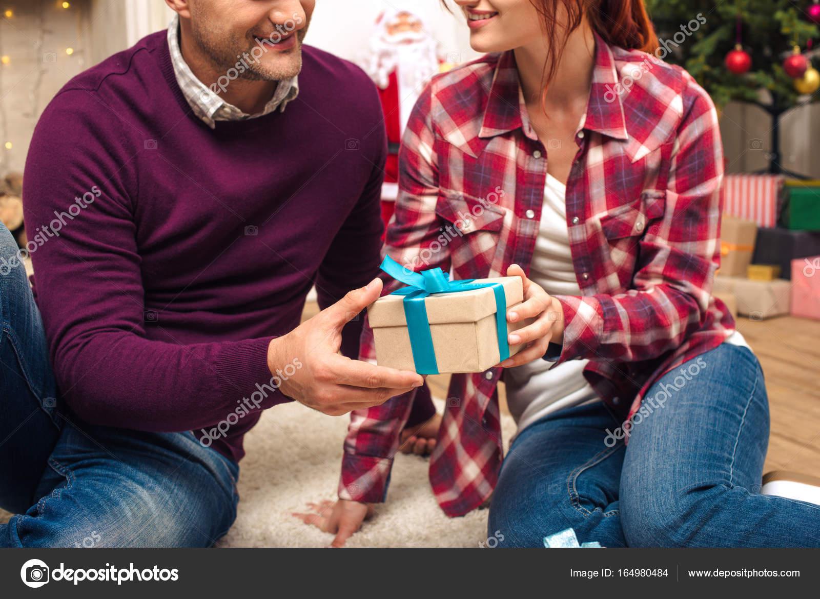 Paar mit Weihnachtsgeschenk — Stockfoto © IgorVetushko #164980484