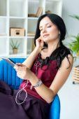 Fényképek a fülhallgató smartphone üzletasszony