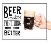 Fotografia persona con vetro di birra scura