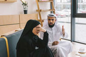 Photo muslim couple having argument in cafe