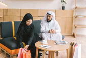 Fotografie muslimský pár sedí na gauči