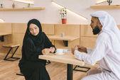 Photo muslim couple having argument