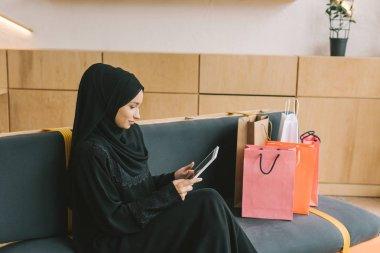 Müslüman kadın tablet kullanma