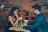 Paar mit Gläsern Champagner