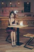 donna che comunica su smartphone in ristorante