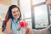 Fotografia Coppie felici sulla data nella caffetteria