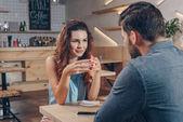 Paar trinkt Kaffee im Café