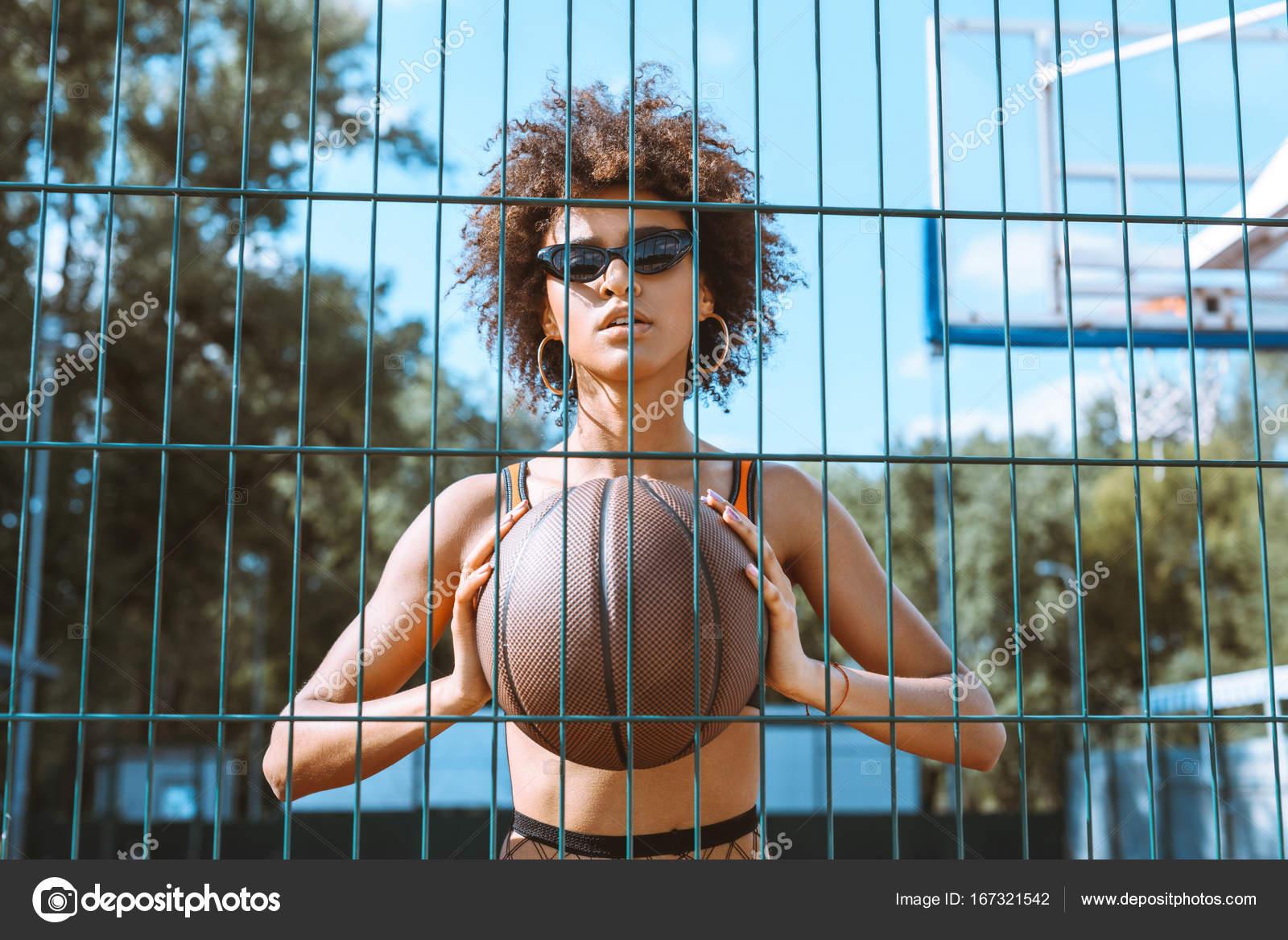 Baloncesto De Explotación De Mujer Afroestadounidense