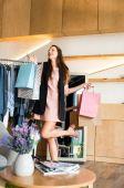 dívka s nákupní tašky v butiku