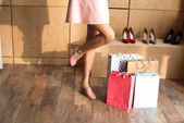 Photo girl with shopping bags in boutique