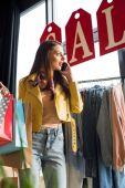 Fényképek lány a bevásárló szatyrok-butik
