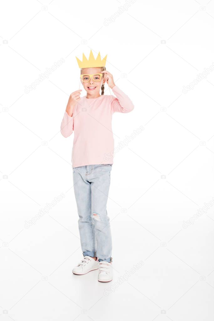 kid with cardboard glasses and crown