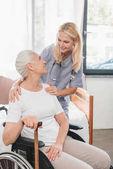 Krankenschwester und Seniorin im Rollstuhl