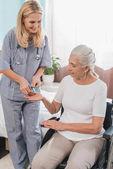 kerekesszék nővér és idősebb nő