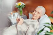 Fotografie senior woman with smartphone in hospital