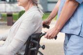 Fotografie Krankenschwester und Seniorin im Rollstuhl